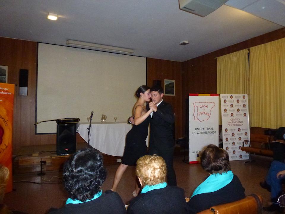 Los bailarines de tango mostrando su destreza.