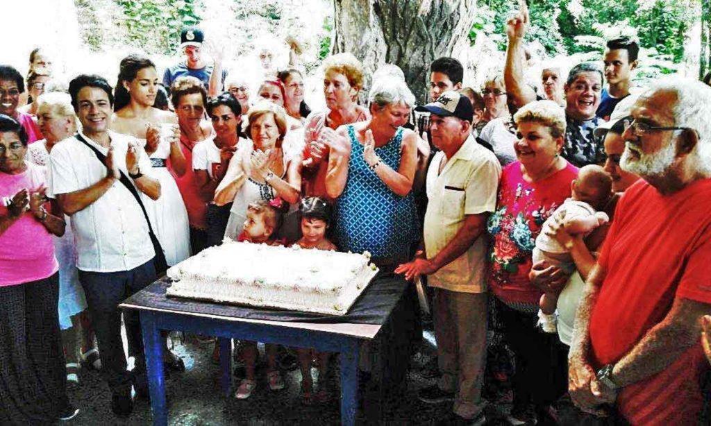 Socios y directivos alrededor de la tarta del 90 aniversario.