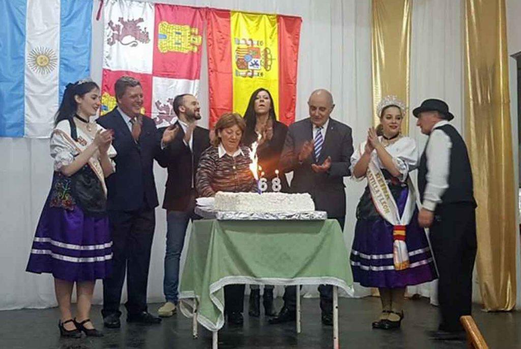 Soplando las velas de la tarta del 68 aniversario.