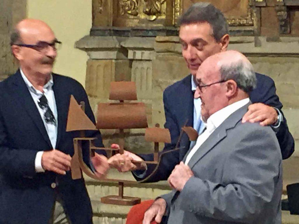 Ernesto García Rodríguez 'Neto' recibió la Carabela de la FICA de manos de su presidente, Manuel de Barros.