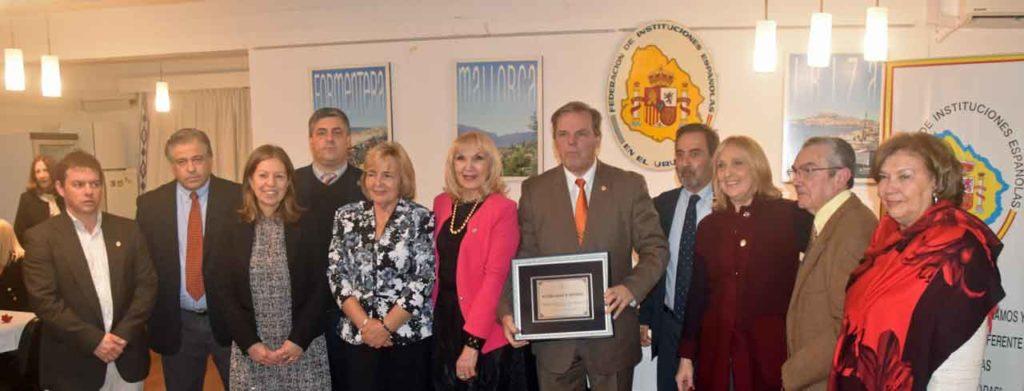 Jorge Torres recibió una placa por el aniversario de la FIEU.