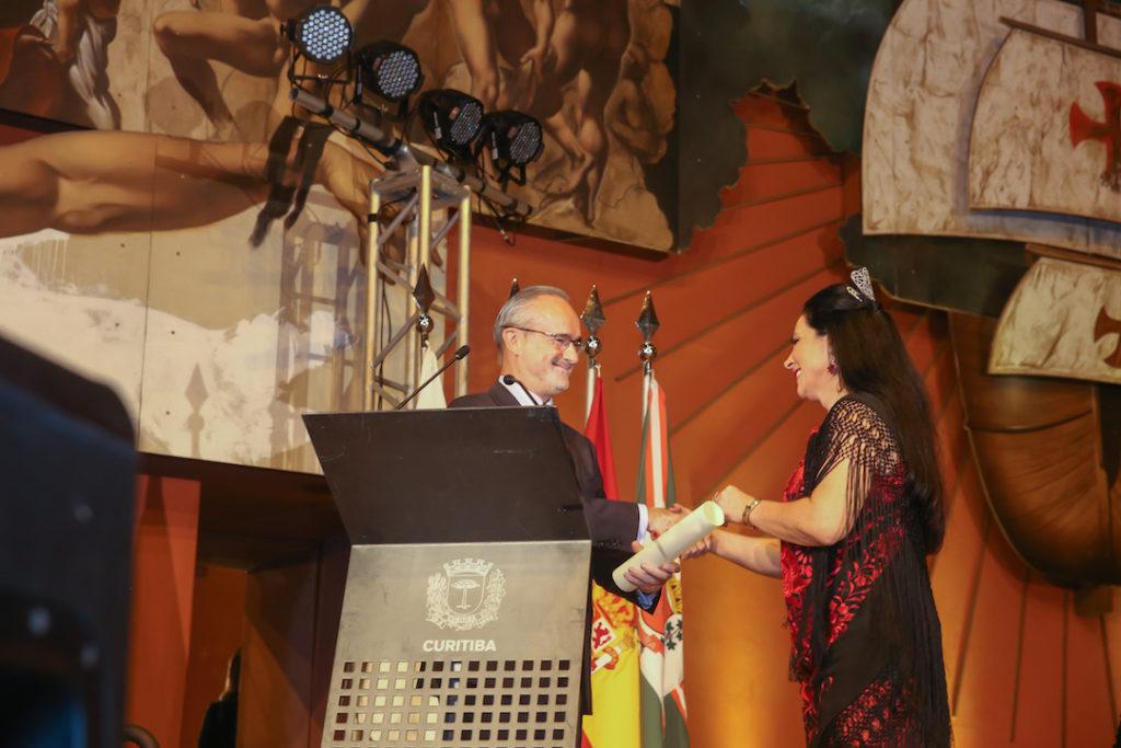 La nueva cónsul honoraria, Blanca Hernando Barco, recibió muy emocionada la Carta Patente de manos del cónsul general de España en Sao Paulo, Ángel Vázquez Díaz de Tuesta.