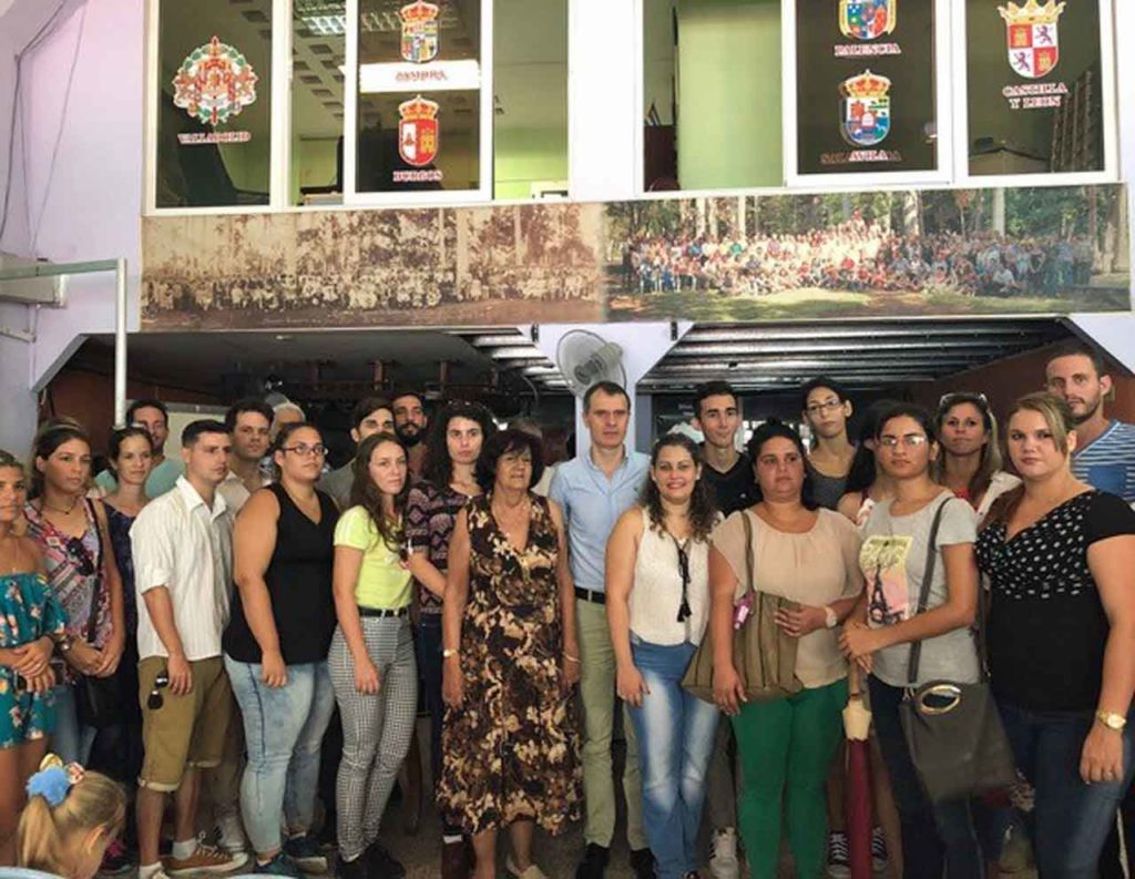 José Manuel Herrero, centro, con jóvenes originarios de Castilla y León en Cuba.