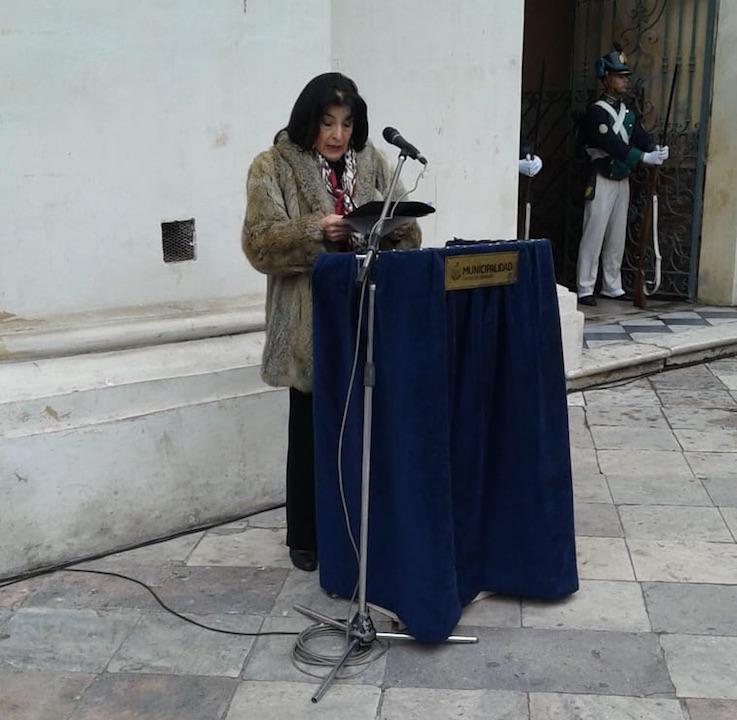 Nora Rojas Astudillo dirigiéndose al público.