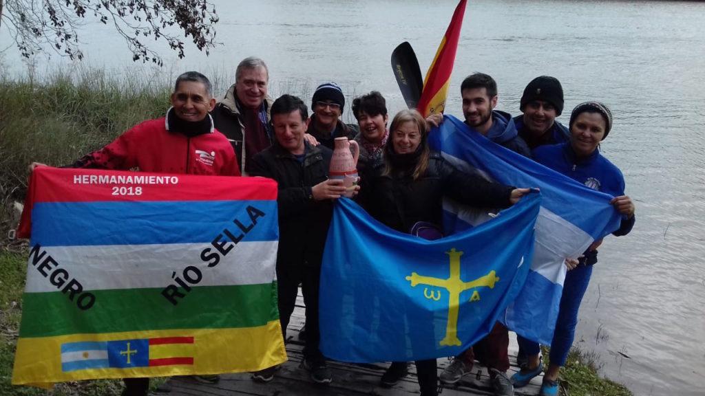 Palistas de Viedma y los representantes de la Asociación Española de Socorros Mutuos de esa ciudad que participaron de la actividad.