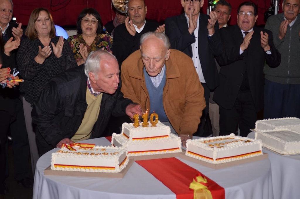 Integrantes de la directiva soplaron las velas de la tarta.
