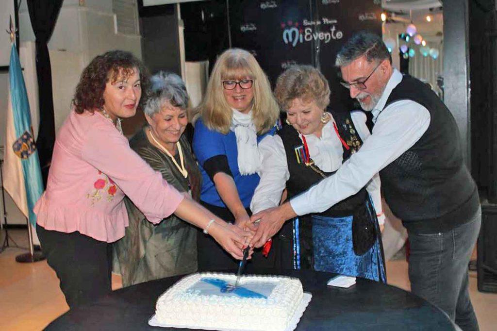 Cortando la tarta del aniversario.