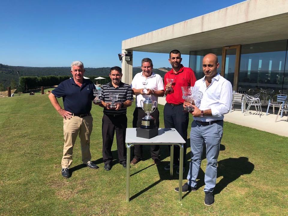 Los ganadores de la competición posan con sus trofeos.
