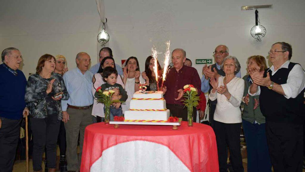 Directivos de la entidad alrededor de la tarta de cumpleaños.