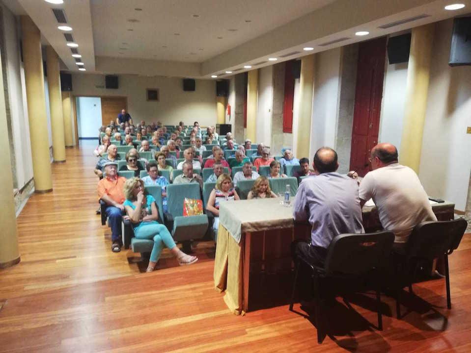 Benigno Rodríguez y Luis Gulín atendieron las consultas de los asistentes al encuentro celebrado en Verín.