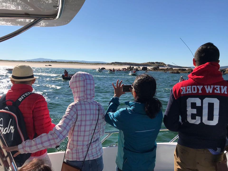 Los visitantes durante su salida en barco en la Ría de Arousa.