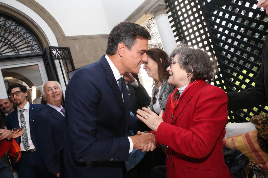 El presidente del Gobierno, Pedro Sánchez, saluda a Dolores Rodríguez, emigrante en Chile desde el año 1939.