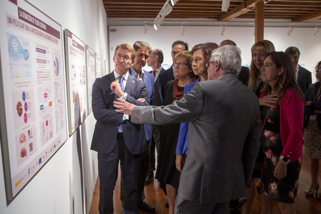 El presidente de la Xunta, Alberto Núñez Feijóo, acompañó a Doña Sofía en su visita a la exposición Alzhéimer: el camino de la memoria.