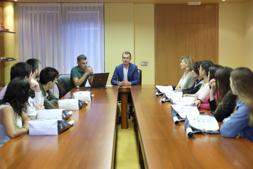 El secretario general de la Consejería de la Presidencia, José Manuel Herrero, recibió a los beneficiarios de la primera edición del Programa Encuentro.