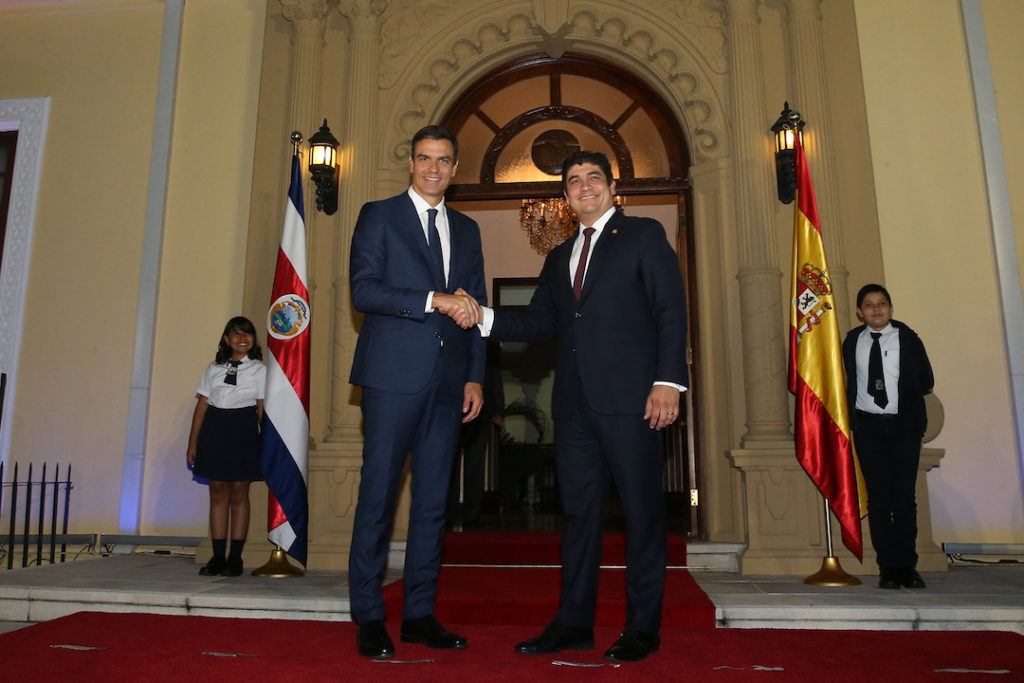 Pedro Sánchez saluda al presidente de la República de Costa Rica, Carlos Alvarado.