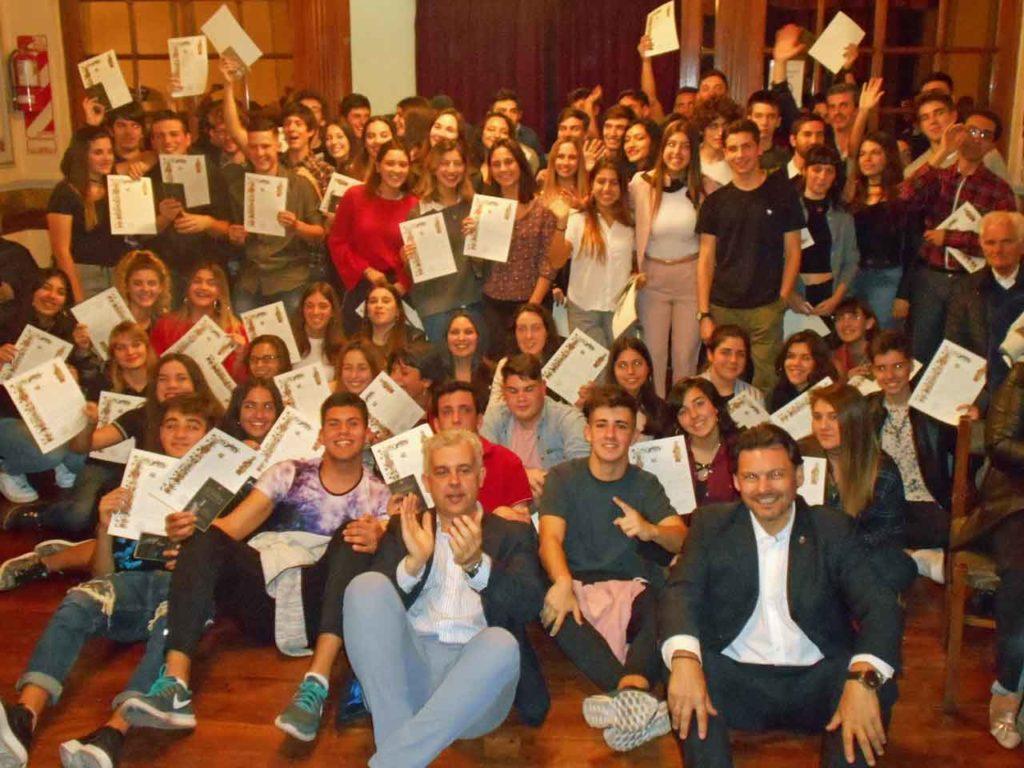 El secretario da Emigración con los jóvenes que recibieron la 'compostela'.