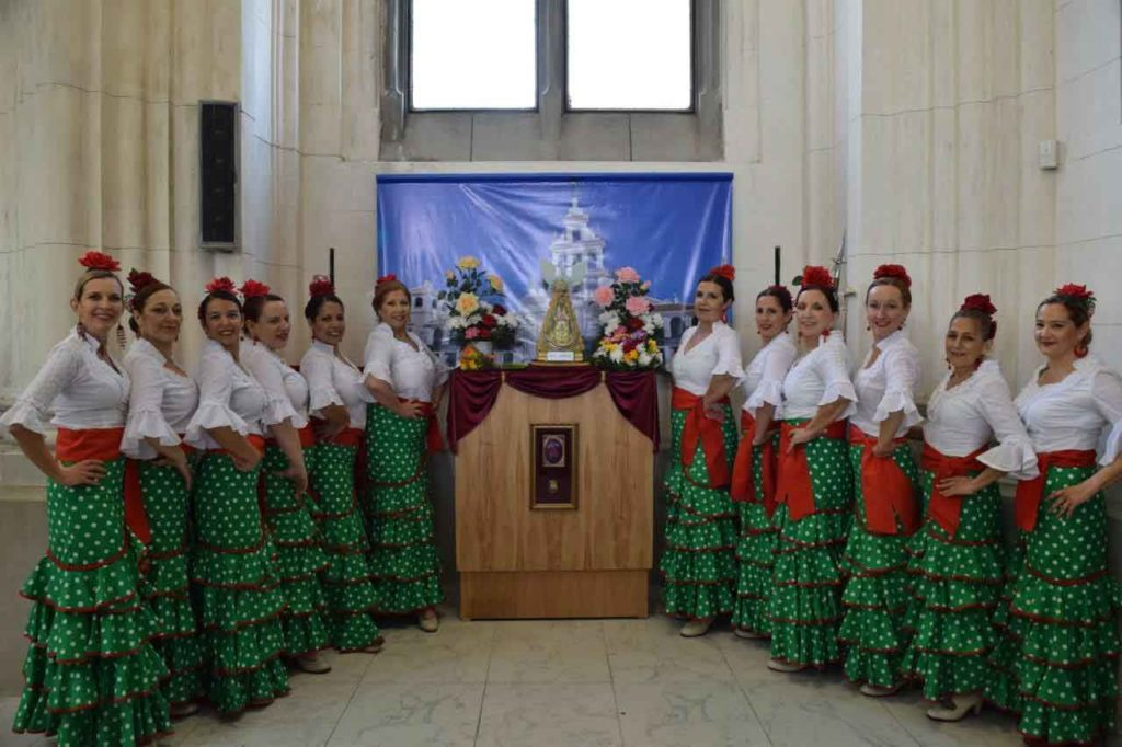 Las componentes del grupo de baile junto a la imagen de la Virgen del Rocío.