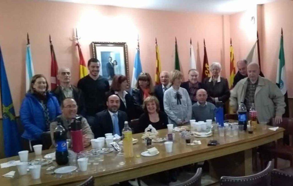 El cónsul Diego Santiago Rivero, sentado segundo por izquierda, con la directiva de la Federación.