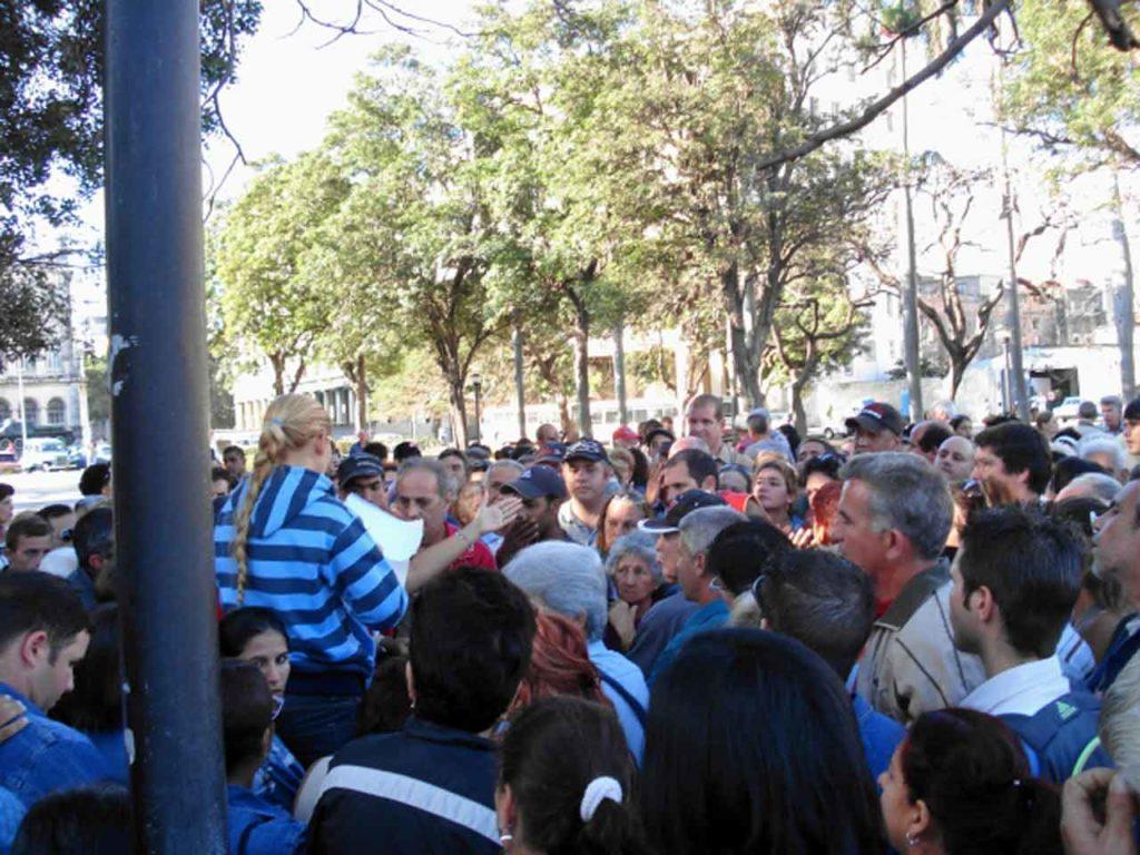 La gente acudió en masa al Consulado de España en Cuba cuando se iniciaron los trámites de acceso a la nacionalidad.