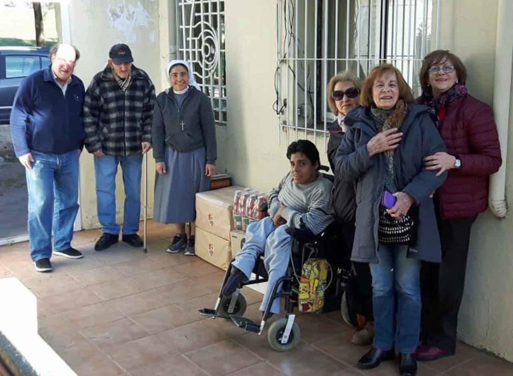 Directivos del Centro Castellano y Leonés de Bahía Blanca en el Hogar Don Orione.