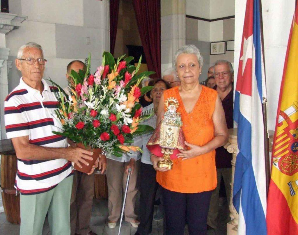 Los directivos de la FAAC Ramón Santamarina y Adela Sierra con la imagen de la Santina.