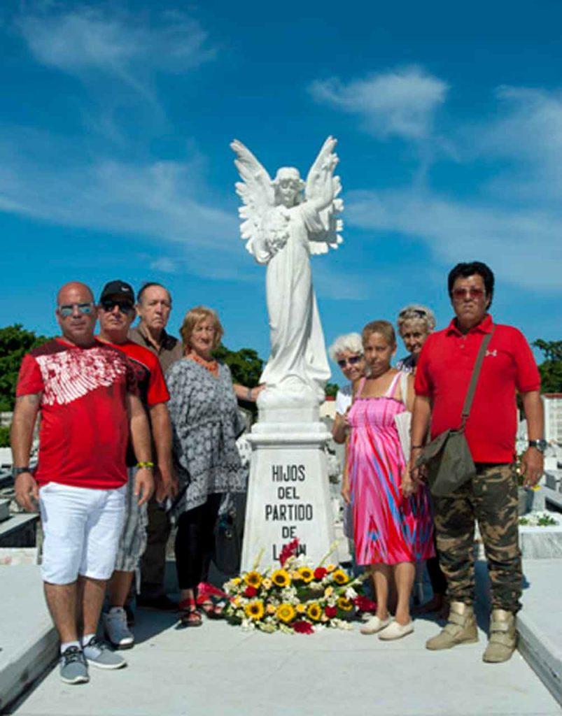 Una representación de asociados colocó la ofrenda floral en el panteón de la sociedad en el Cementerio de Colón.