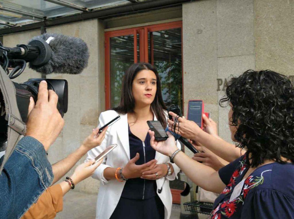 Olga Louzao tras presentar el escrito en el Parlamento de Galicia.