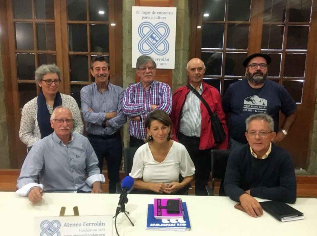 Yolanda Díaz, centro, con los miembros de la Coordinadora de Emigrantes Retornados de Galicia.