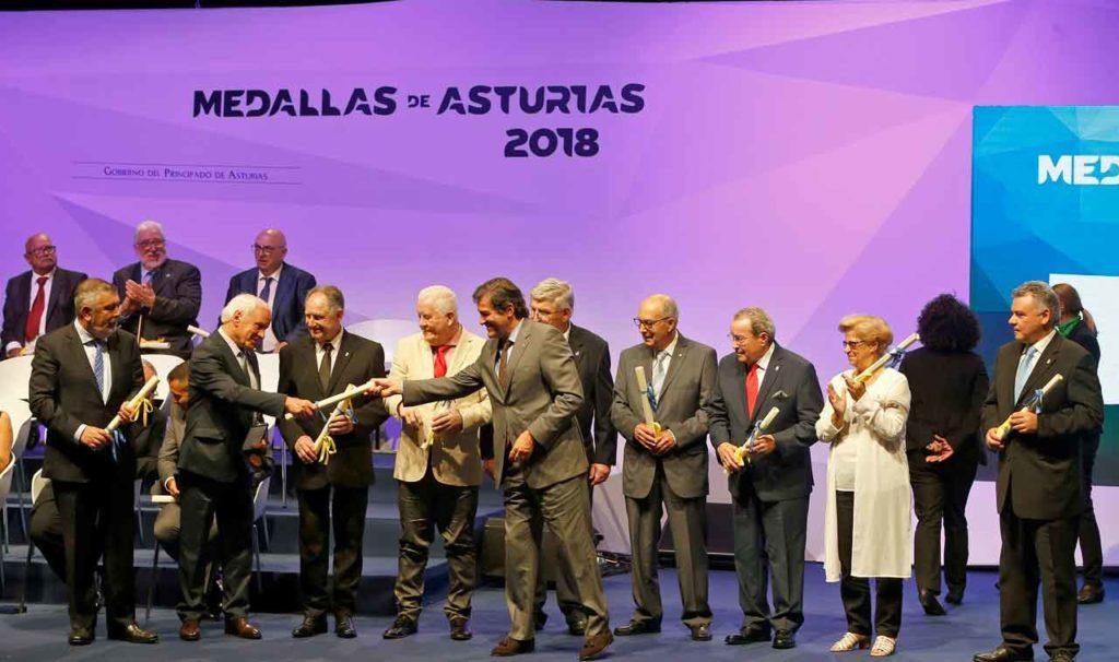 El presidente del Principado de Asturias, Javier Fernández, con los representantes de los centros asturianos centenarios.
