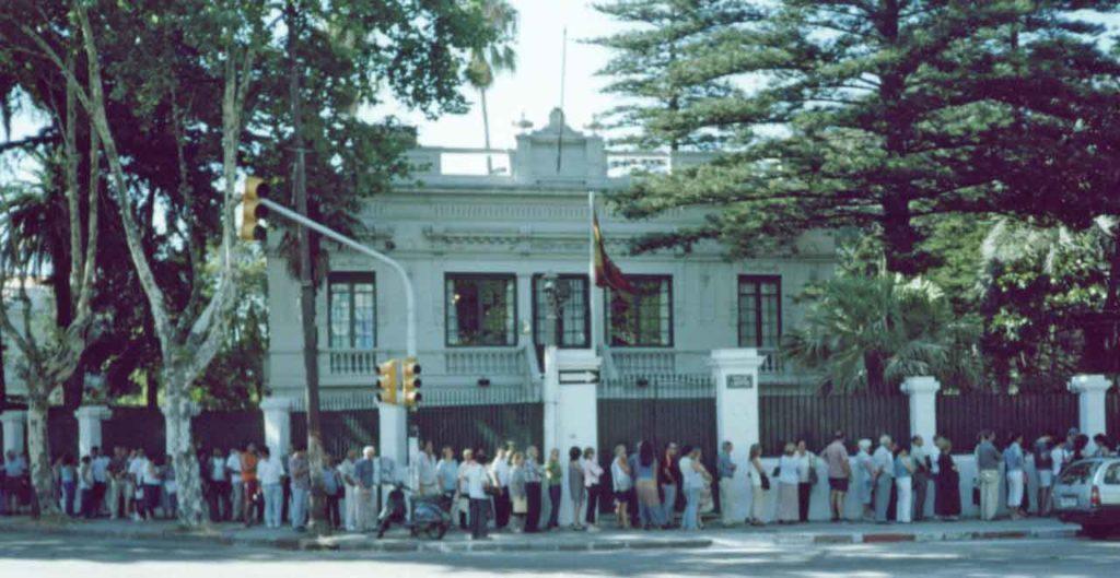 Colas ante el Consulado de España en Montevideo para solicitar la ciudadanía.