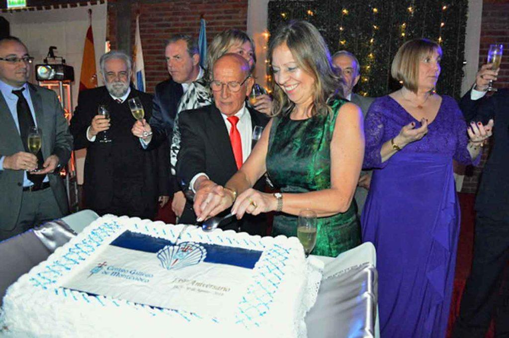 Julio Ríos y Sandra Calvar cortaron la tarta del 139 aniversario del Centro Gallego de Montevideo.