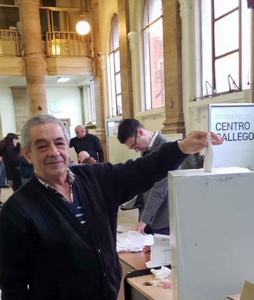Ramón Suárez en el momento de efectuar su voto.