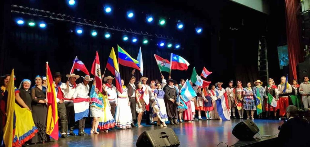 Participantes en la Fiesta de las Colectividades.