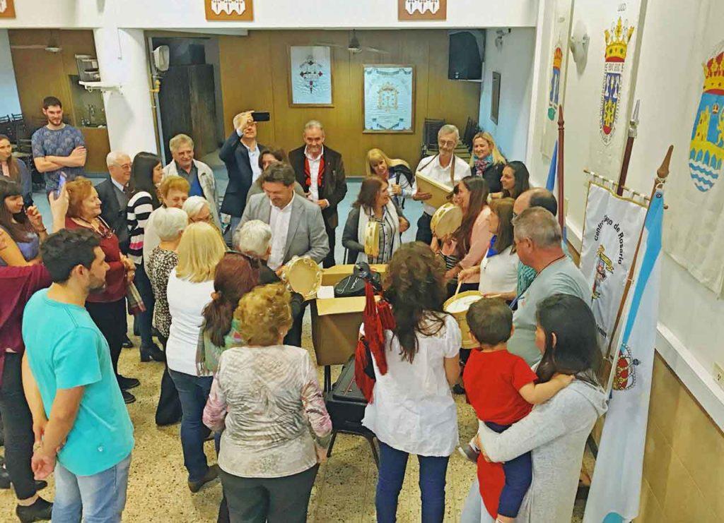 Miranda entregó varios instrumentos musicales al Centro Gallego de Rosario.