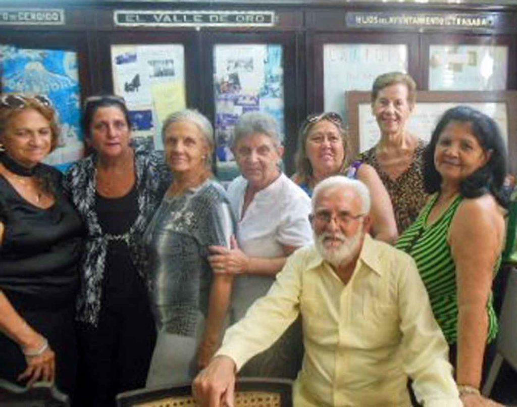 Junta Directiva de la Sociedad O Valadouro y su presidente Manuel Álvarez.