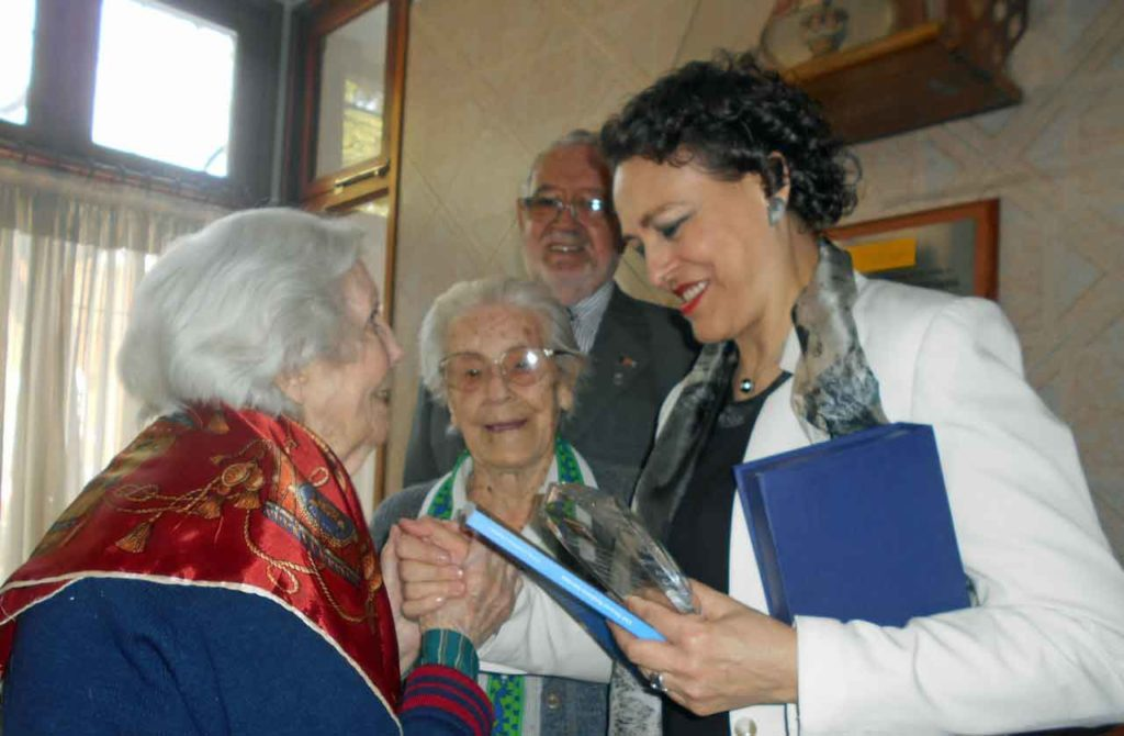 Magdalena Valerio saludando a unas emigrantes en el Club Tinetense-Residencia Asturiana de Buenos Aires.