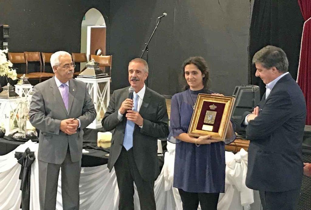 La presidenta del Centro Zamorano muestra el escudo de Zamora que Bermúdez, a su derecha, obsequió a la institución.