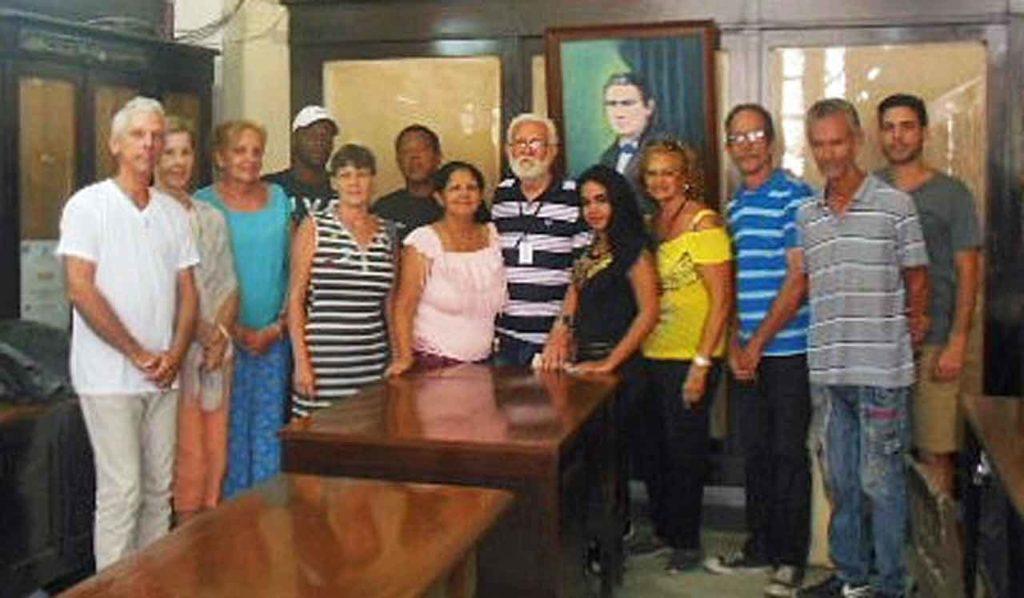 El profesor Manuel Álvarez,, centro, y sus alumnos.