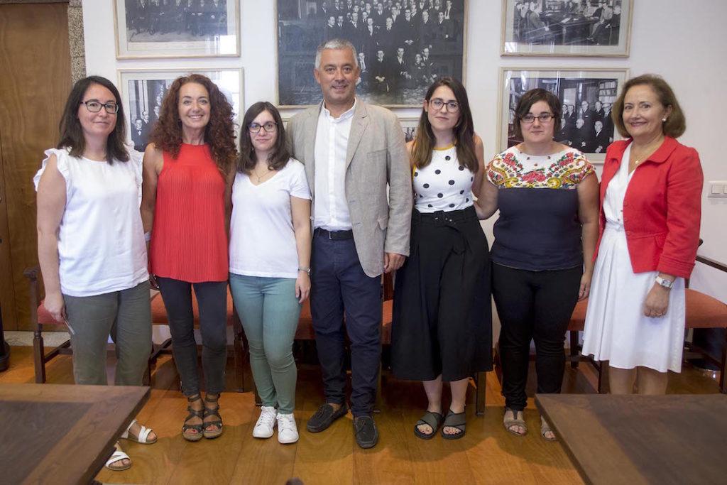 Valentín García y María Lourdes Batán con las nuevos lectoras de lengua, literatura y cultura gallegas.