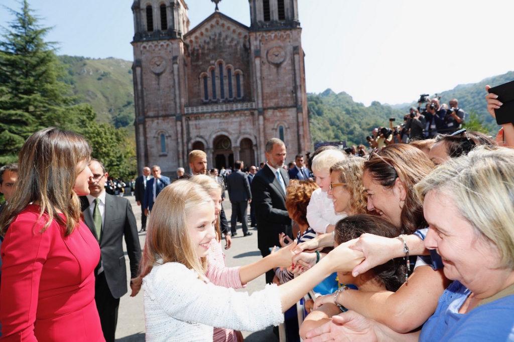 La Princesa de Asturias, Leonor de Borbón y Ortiz, recibió el cariño del público asistente en la plaza de la Basílica.