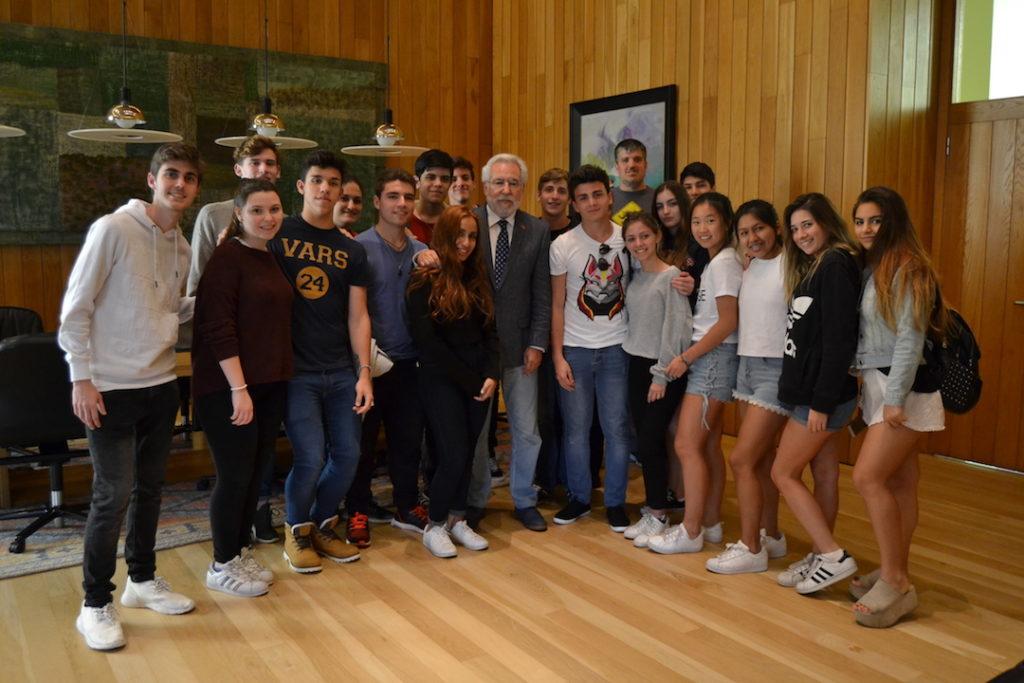El presidente del Parlamento de Galicia, Miguel Ángel Santalices, posa con los alumnos del Instituto Santiago Apóstol de Buenos Aires.