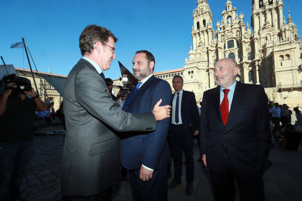 El presidente de la Xunta, Alberto Núñez Feijóo, recibió al ministro de Fomento, Jose Luis Ábalos, en la plaza del Obradoiro.