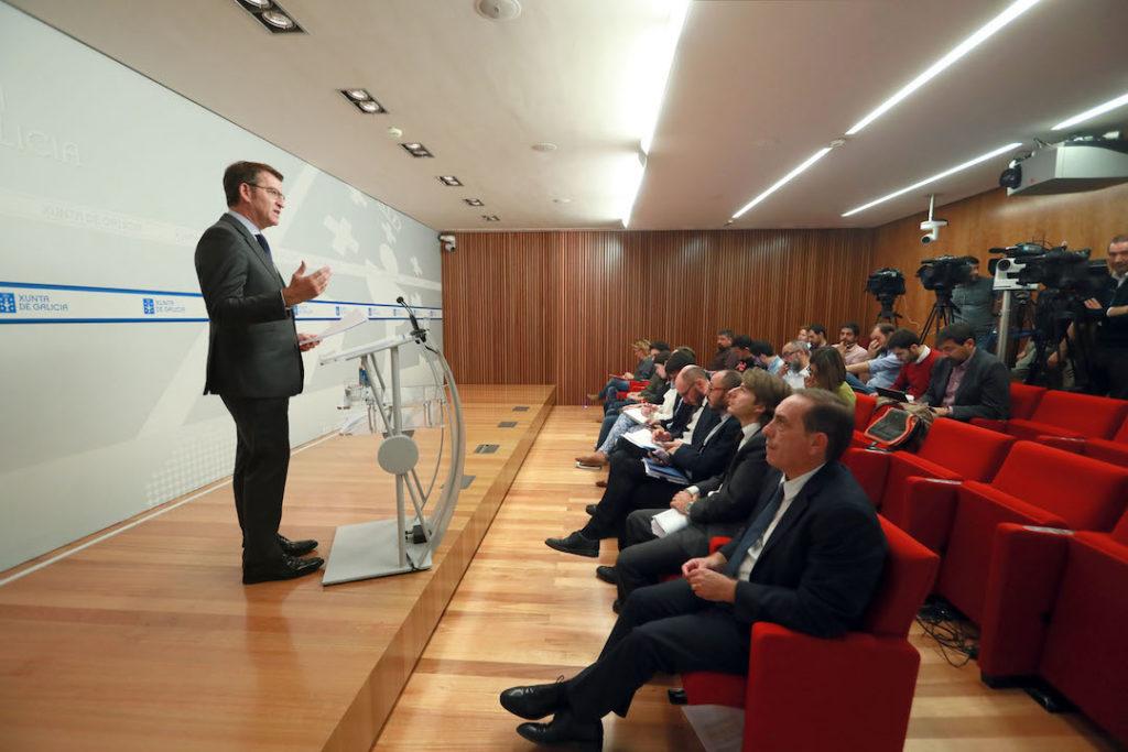 El titular del Gobierno gallego, Alberto Núñez Feijóo, compareció en rueda de prensa para dar cuenta de los Presupuestos con el conselleiro de Facenda, Valeriano Martínez (en primer término).