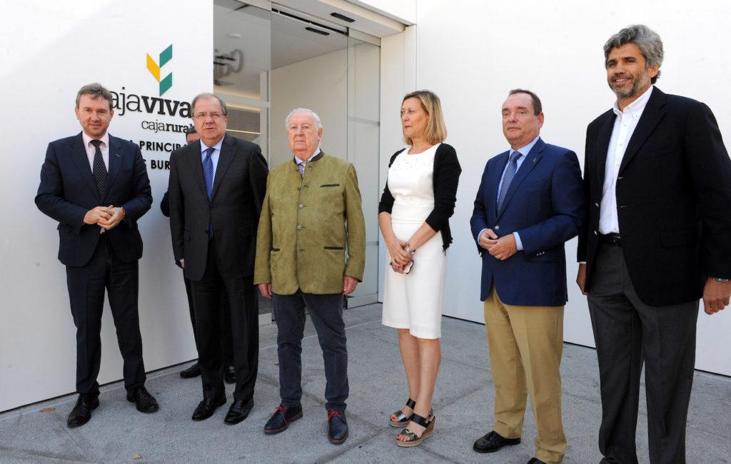 El presidente de la Junta de Castilla y León, Juan Vicente Herrera, con el resto de autoridades en el acto de inauguración de las nuevas oficinas de Cajaviva Caja Rural en Burgos.