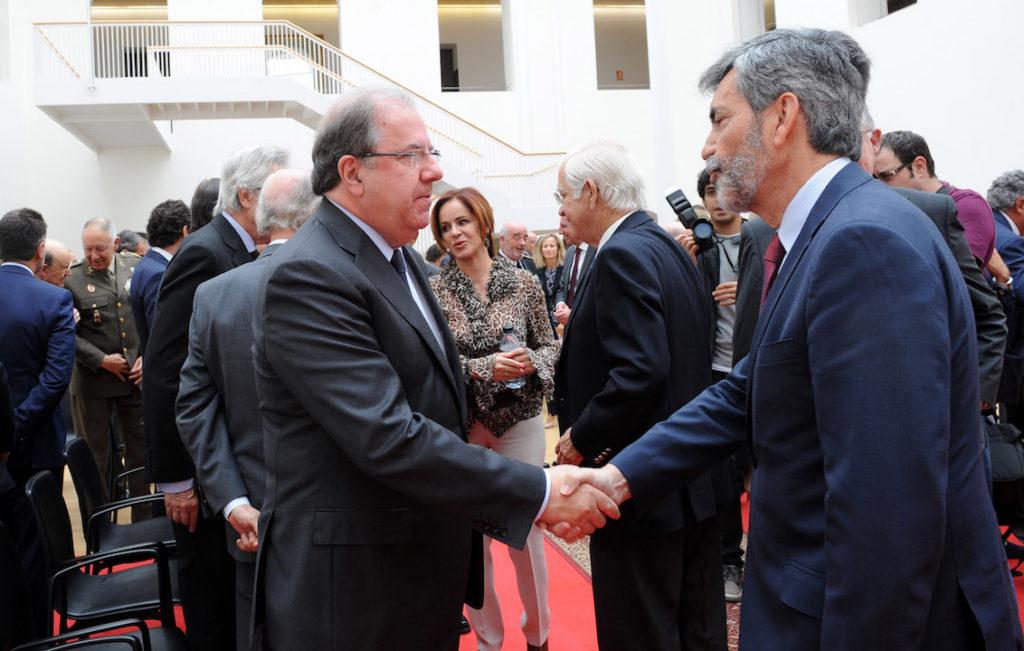 El presidente de la Junta, Juan Vicente Herrera, saluda al presidente del Tribunal Supremo, Carlos Lesmes.