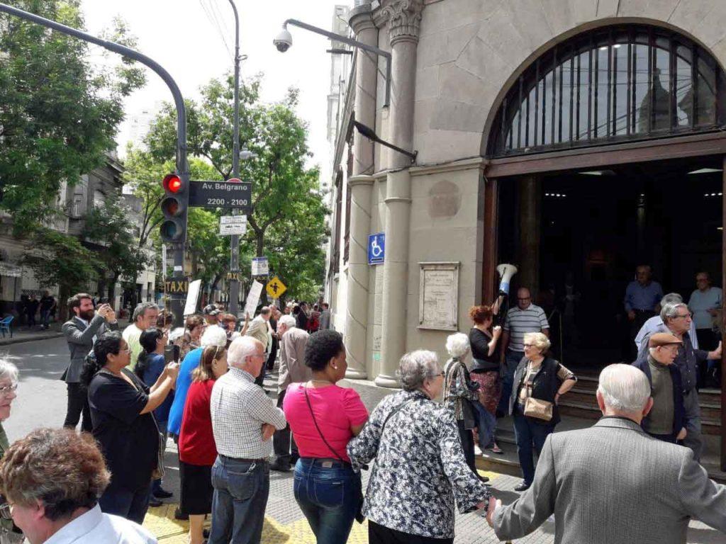 Frente a la entrada del Centro Gallego.