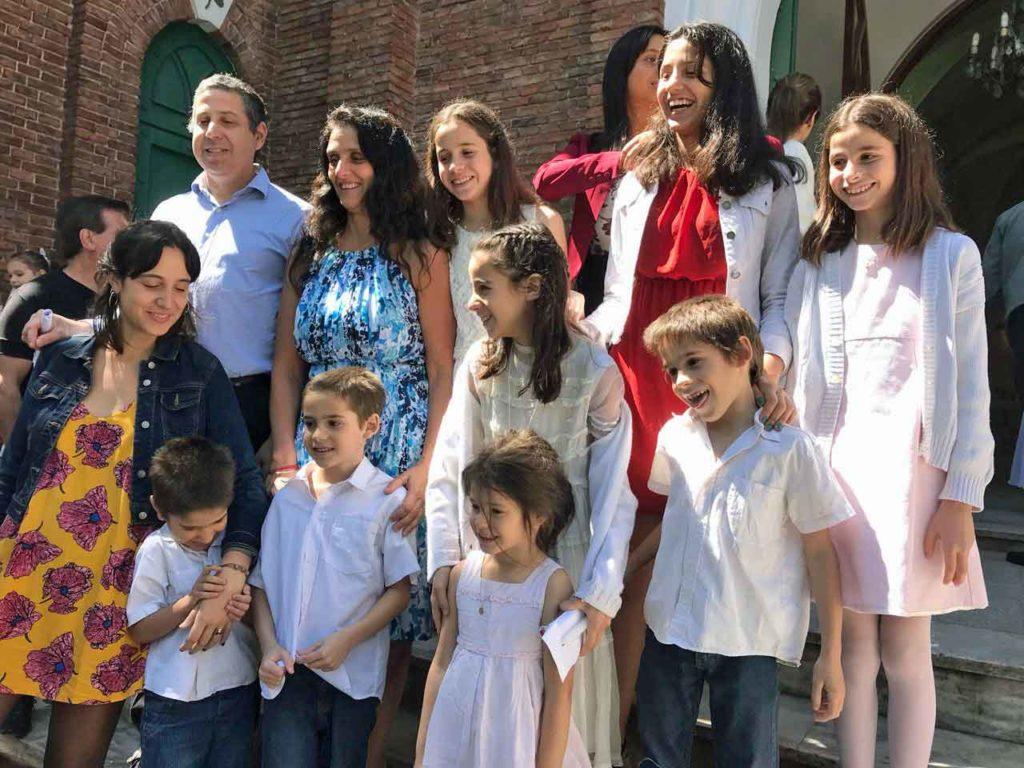 Florencia Calvo y Luis Luján junto a sus diez hijos.