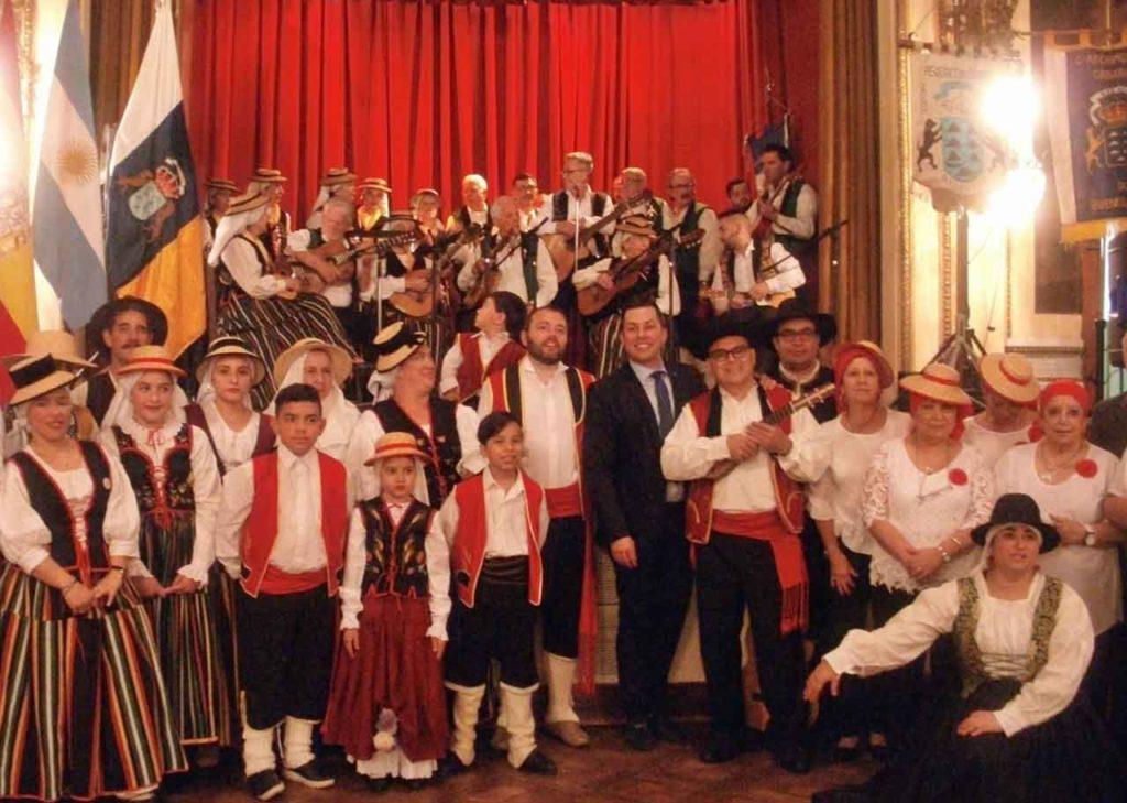 El director de Emigración junto a los conjuntos artísticos de las cinco instituciones.