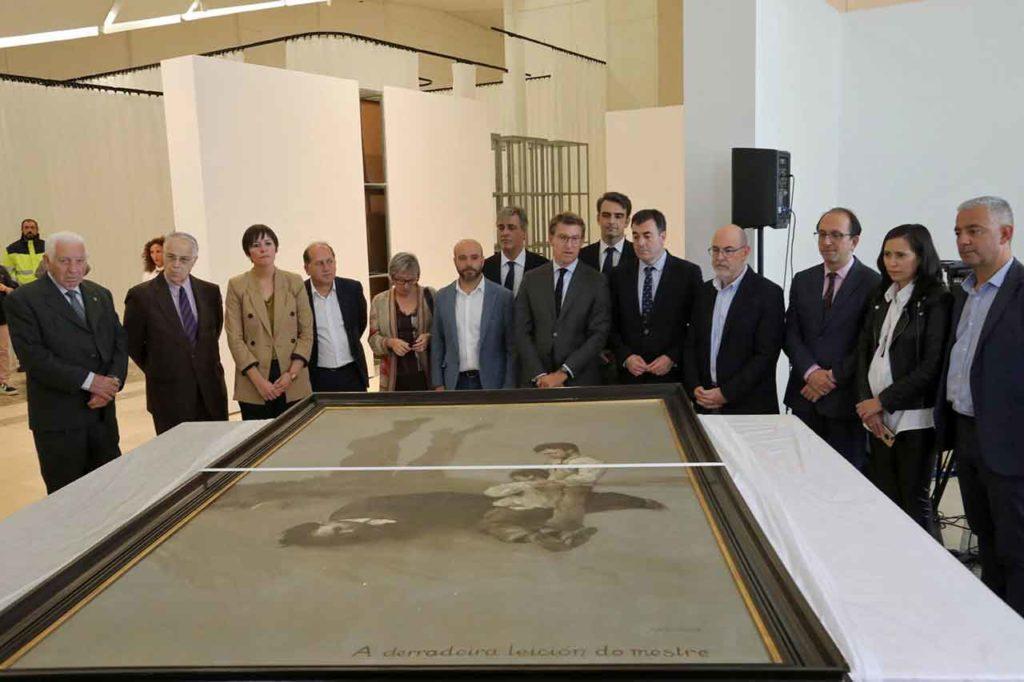 El presidente Feijóo y demás autoridades contemplan la obra de Castelao.