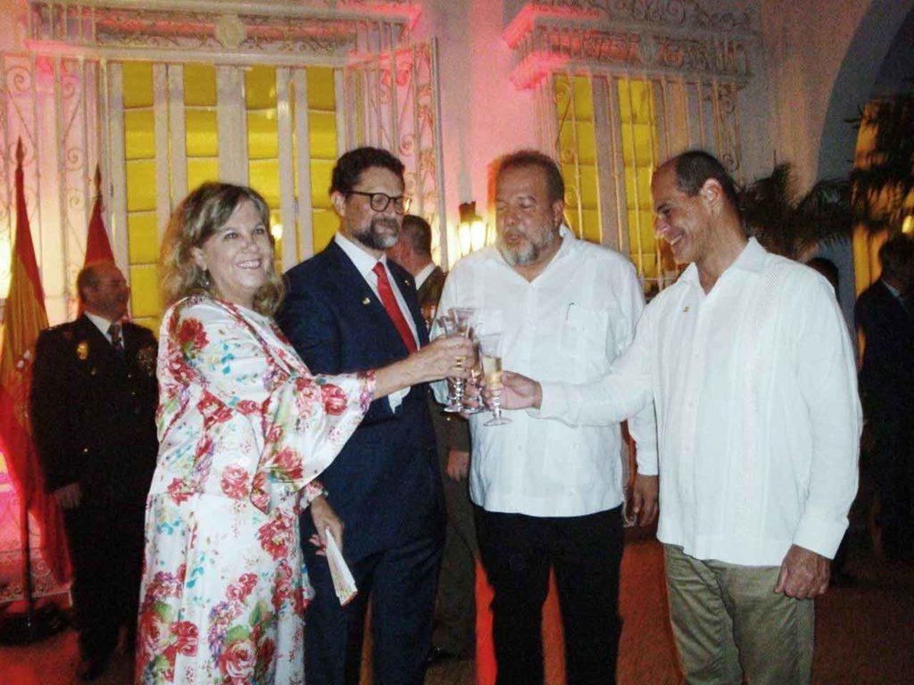 Juan José Buitrago y su esposa brindan con el ministro cubano de Turismo, Manuel Marrero Cruz y el viceministro de Exteriores, Rafael Sierra Díaz.